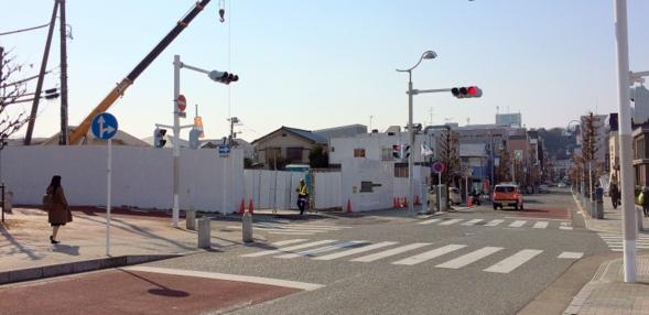 「ザ・パークハウス鎌倉大船」建設現地(左)と駅からのアプローチ(右)